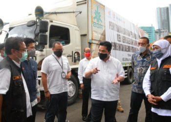 Menteri BUMN Erick Thohir di sela penyerahan bantuan medis ke Pemprov Jatim di halaman gedung Negara Grahadi.