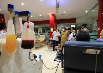Plt Wali Kota Surabaya Whisnu Sakti Buana bersama Kapolrestabes Surabaya Kombes Pol Johny Eddizon Isir mengunjungi PMI Surabaya untuk melihat proses donor plasma konvalesen di PMI Surabaya.