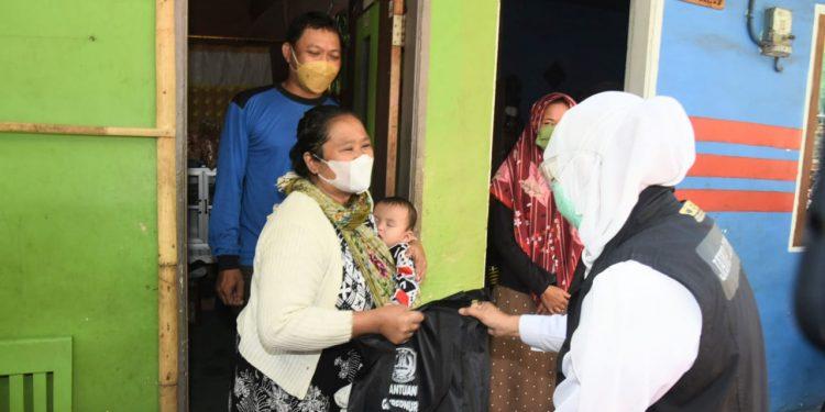 Gubernur Jawa Timur Khofifah Indar Parawansa memberikan bantuan paket sembako kepada 33 Kepala Keluarga (KK) Kampung Topeng Malang di dusun Baran, Tlogowaru, Kecamatan Kedung Kandang, Kota Malang.