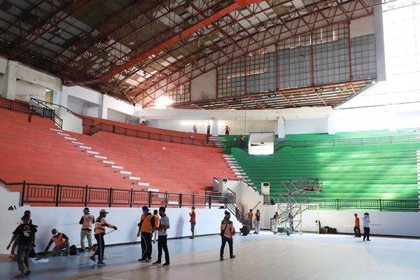 GOR Indoor kompleks Gelora Bung Tomo (GBT) yang disiapkan menjadi rumah sakit darurat.