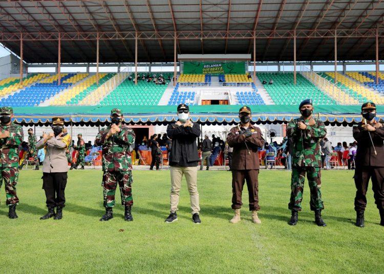 Wali Kota Surabaya Eri Cahyadi bersama Forum Koordinasi Pimpinan Daerah (Forkopimda) Kota Surabaya dalam kegiatan vaksinasi massal di Gelora 10 November (G10N), Tambaksari, Surabaya.