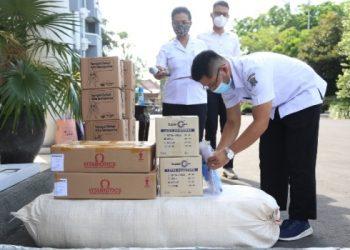 Beragam bantuan terus mengalir untuk penanganan Covid-19. Selanjutnya Pemkot Surabaya akan mendistribusikan bantuan tersebut kepada warga.