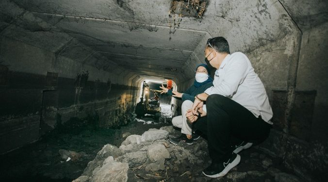 Wali Kota Surabaya Eri Cahyadi bersama Kepala Dinas PU Bina Marga dan Pematusan Erna Purnawati blusukan di box culvert di Jalan Raya Sememi Surabaya mengecek endapan lumpur di saluran air tersebut.