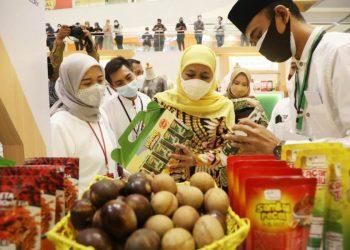 Gubernur Jatim Khofifah INdar Parwansa di sela menghadiri Festival Ekonomi Syariah. Ia berharap produk UMKM dilengkapi sertifikasi halal. Sebab produk halal saat ini sudah menjadi tren dunia, halal juga sudah menjadi gaya hidup global.