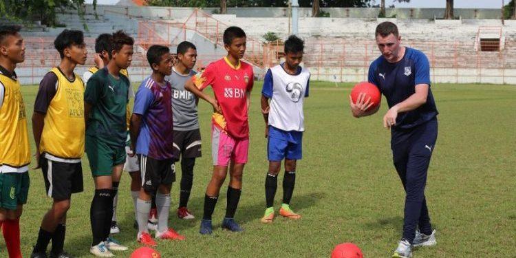 Foto dokumentasi: Pelatih klub sepak bola Tranmere Rovers saat memberikan coaching clinic kepada anak-anak Surabaya di Stadion Gelora 10 November sebelum pandemi Covid-19..