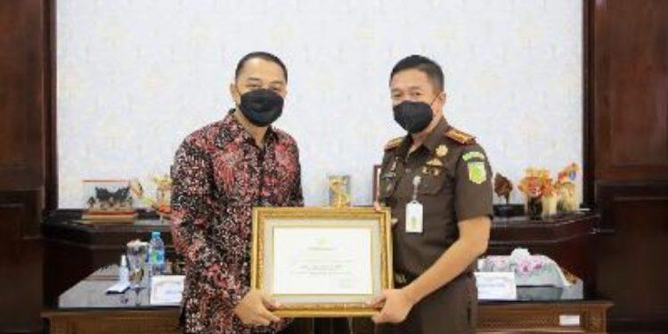 Wali Kota Surabaya Eri Cahyadi memberikan piagam penghargaan kepada Kepala Kejaksaan Negeri Surabaya (Kejari), Anton Delianto.