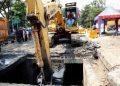 Pengerukan endapan lumpur tidak hanya dilakukan di saluran besar. Saluran bix culvert pun lumpurnya juga dikeruk untuk antisipasi genangan saat musim hujan.