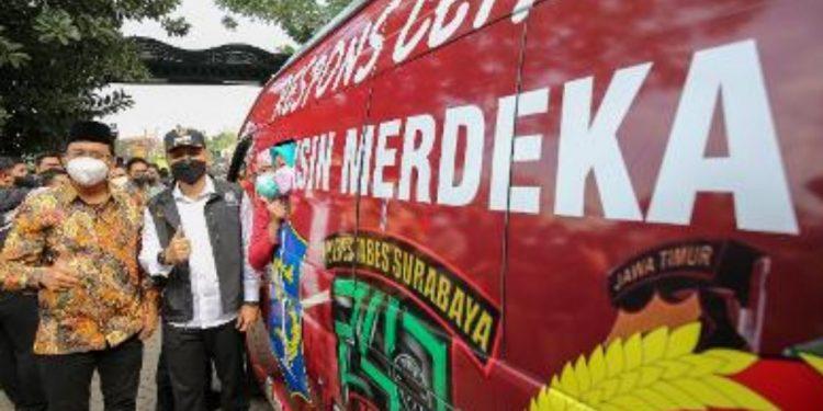 Bupati Sidoarjo Ahmad Muhdlor Ali dan Wali Kota Surabaya Eri Cahyadi dalam pelepasan mobil gerai vaksinasi Polrestabes Surabaya yang diperbantukan ke Sidoarjo untuk percepatan vaksinasi.