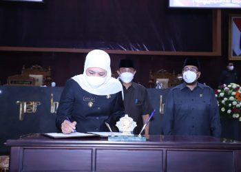 Khofifah Indar Parawansa menandantangani ota kesepakatan perihal KUA dan PPAS tentang perubahan APBD Jawa Timur tahun anggaran 2021.