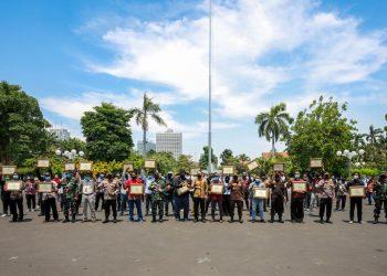 Wali Kota Surabaya Eri Cahyadi bersama Forkopimda Surabaya dan para relawan 'Surabaya Memanggil'. Foto bersama ini dilaksanakan di sela pemberian piagam kepada para relawan atas kerja keras mereka dalam membantu penanganan Covid-19.