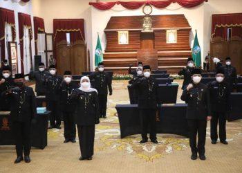 Gubernur Jawa Timur Khofifah Indar Parawansa berfoto bersama usai mengambil sumpah jabatan dan melantik 17 Pejabat Pimpinan Tinggi Pratama atau Eselon II di lingkungan Pemprov Jawa Timur.