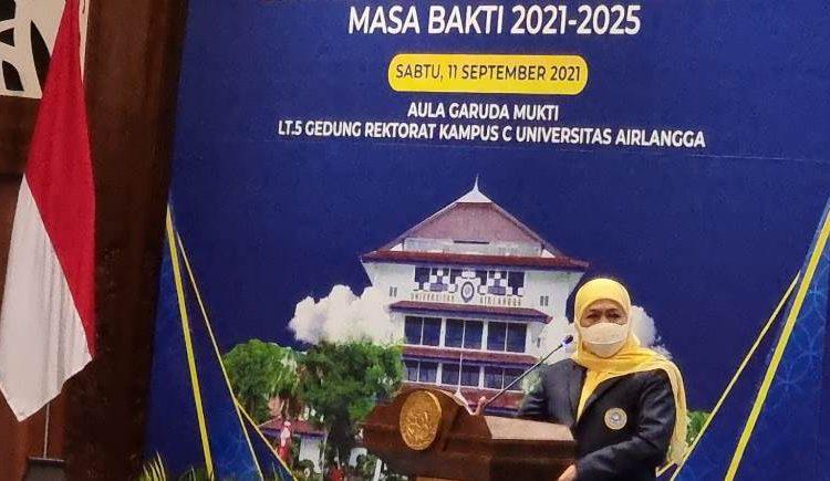 Khofifah Indar4 Parawansa memberikan sambutan saat pelantikan Ikatan Alumni Universitas Airlangga (IKA Unair) masa bakti 2021-2025.