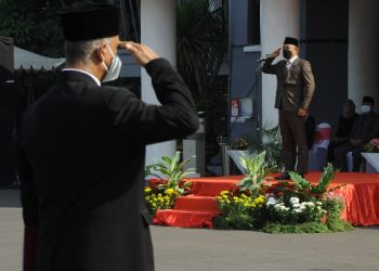Wali Kota Surabaya memimpin upacara dalam pemberian penghargaan Satyalancana Karya Satya 2021 bagi ASN Pemkot Surabaya.
