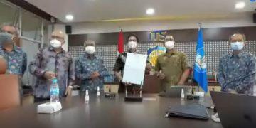 Rektor ITS Prof Dr Ir Mochamad Ashar MEng (kedua dari kanan) menunjukkan naskah MoU dengan Sub Cable yang telah ditandatangani.