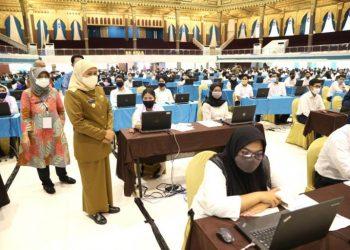 Gubernur Jawa Timur Khofifah Indar Parawansa meninjau langsung pelaksanaan SKD dan seleksi kompetensi tersebut di Graha Unesa Surabaya.