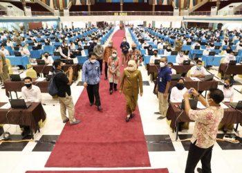 Gubernur Jawa Timur Khofifah Indar Parawansa meninjau pelaksanaan SKD dan seleksi kompetensi tersebut di Graha Unesa Surabaya.