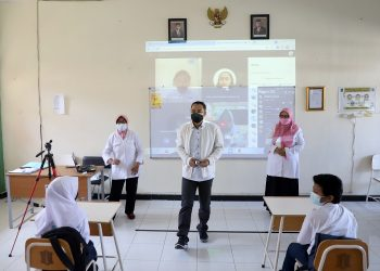 Wali Kota Surabaya Eri Cahyadi menyapa para pelajar saat melakukan peninjauan pembelajaran tatap muka di salah satu SMP di Surabaya.