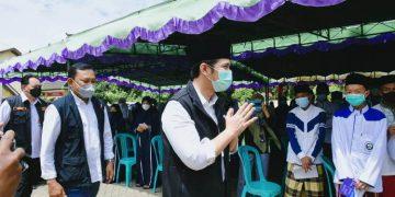 Wagub Jatim Emil Elestianto Dardak meninjau vaksinasi Covid-19 di Pulau Bawean.
