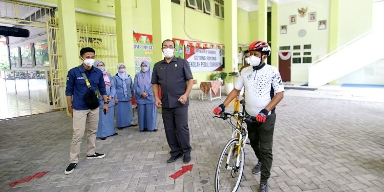 Wakil Wali Kota Surabaya Armuji meninjau pembelajaran tatap muka di dua SMPN dengan bersepeda.