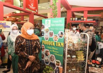 Gubernur Jawa Timur Khofifah Indar Parawansa membuka 8th Koperasi dan UKM (K-UKM) Expo Hybrid 2021 bertajuk Bela & Beli Produk Lokal di Atrium Grand City Mall Surabaya.