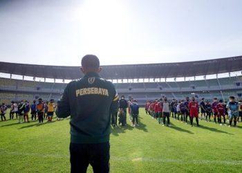 Wakil Wali Kota Surabaya Armuji memberikan pengarahan kepada ratusan anak yang mengikuti seleksi diklat sepak bola di Stadion Gelora Bung Tomo.
