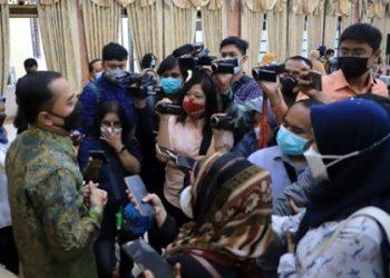 Wali Kota Surabaya Eri Cahyadi memberikan keterangan kepada awak media massa di lobi Balai Kota  Surabaya lantai 2.