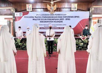 Wakil Gubernur Jawa Timur Emil Elestianto Dardak saat melantik Pengurus Daerah Ikatan Persaudaraan Haji Indonesia (IPHI) Kabupaten Nganjuk.