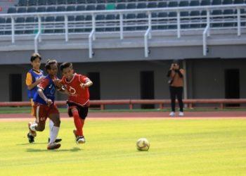 ratusan anak mengikuti seleksi Diklat Sepak Bola Surabaya di Stadion Gelora Bung Tomo.