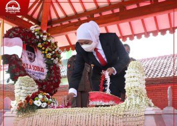 Khofifah Indar Parawansa melakukan tabur bunga saat ziarah ke makam gubernur pertama Jatim Raden Mas Tumenggung (RMT) Ario Soerjo atau dikenal dengan Gubernur Soerjo.