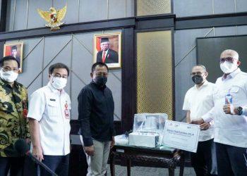 Plh Sekretaris Daerah Jawa Timur Heru Tjahjono (tiga dari kiri) menerima bantuan ventilator dan beasiswa dari Ikatan Alumni Institut Teknologi Bandung (IA-ITB) Pengurus Daerah Jatim di ruang Brawijaya, kantor gubernur Jatim.
