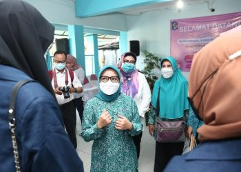 Ketua Tim Penggerak (TP) PKK Kota Surabaya, Rini Indriyani melakukan sosialisasi program Jago Ceting, yakni Jagongan Cegah Stunting.