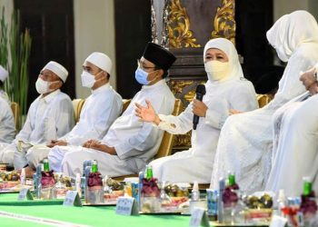 Gubernur Jawa Timur Khofifah Indar Parawansa bersama bupati/wali kota se-Jatim mengikuti Jawa Timur Bershalawat. Acara digelar secara hybrid dari Pendapa Kabupaten Jombang.