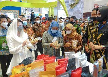 Gubernur Jatim Khofifah Indar Parawansa dalam pembukaan Jatim Fair di area Exhibition Hall Grand City Surabaya.