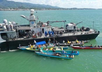 Perahu nelayan tradisional mendatangi KRI Hasan Basri-382 yang melakukan bagi-bagi sembako di Selat Pulau Laut.