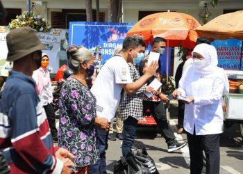 Gubernur Jawa Timur Khofifah Indar Parawansa membagikan ratusan paket sembako dan santunan kepada warga sekitar gedung Negara Grahadi dan kantor gubernur.
