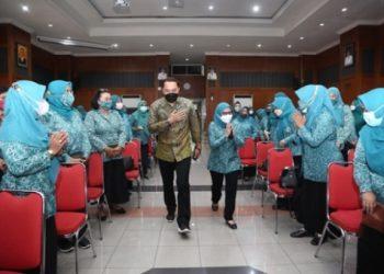 Wali Kota Surabaya Eri Cahyadi dan Ketua TP PKK Surabaya Rini Indriyani di Graha Sawunggaling lantai 6 Pemkot Surabaya.