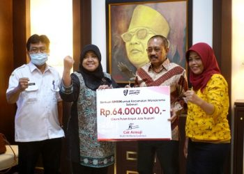 Wali Kota Surabaya Armuji  memberikan bantuan 128 pelaku UMKM di Kecamatan Wonokromo Rp 64 juta.