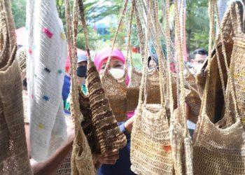 Gubernur Jatim Khofifah Indar Parawansa saat membeli tas untuk oleh-oleh dari Papua.
