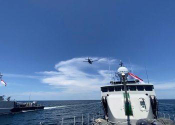 KRI dari Satuan Kapal Cepat Koarmada II, yakni KRI KRS-624, KRI HIU-634, dan KRI LYG-635 melakukan latihan tempur di Laut Sulawesi. Latihan juga melibatkan satu pesawat TNI AL jenis  Cassa NC-212 dengan nomor lambung U-6207 dari Skuadron 600 Wing Udara 2 Puspenerbal.