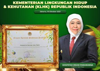 Gubernur Jatim Khofifah Indar Parawansa dan penghargaan sebagai Pembina Program Kampung Proklim Tingkat Provinsi dari Kementerian Lingkungan Hidup dan Kehutanan (KLHK).