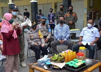 Salah satu pedagang menyampaikan aspirasinya kepada Wakil Wali Kota Armuji di Pasar Jambangan Baru.