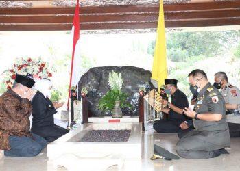 Gubernur Jatim Khofifah Indar Parawansa saat berdoa di makam Bung Karno.