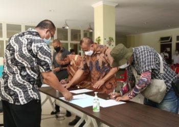 Penandatanganan pakta integritas oleh sejumlah pengelola RHU di kantor BPB Linmas Surabaya.