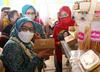 Ketua Tim Penggerak PKK Kota Surabaya Rini Indriyani di sela acara launching DOA (Dodolan Asemrowo Asik) Usaha Mikro Kecil Menengah (UMKM) di Kecamatan Asemrowo, Surabaya.