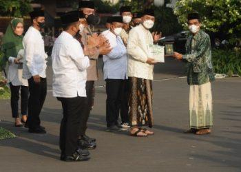Wali Kota Surabaya Eri Cahyadi dalam upacara peringatan Hari Santri Nasional (HSN) 2021 di Taman Surya Balai Kota Surabaya.