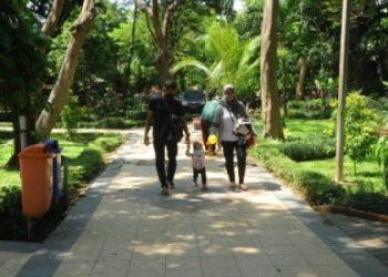 Sjumlah pengunjung sudah mendatangi taman kota. Dari 39 taman kota di Surabaya, Dinas Kebersihan dan Ruang Terbuka Hijau (DKRTH) telah membuka delapan taman kota.