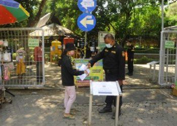 Sebelum masuk taman kota, pengunjung wajib menggunakan aplikasi PeduliLindungi. Selain itu, pengunjung juga wajib cek suhu, menggunakan masker, menjaga jarak, dan menjauhi kerumunan.